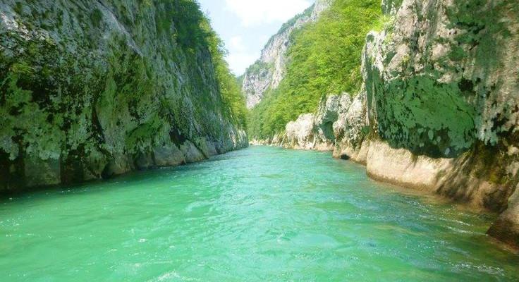 Acqua verde cristallino fiume Neretva